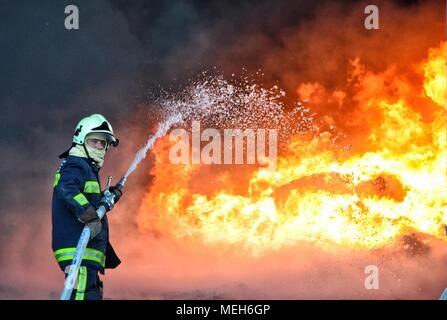 El bombero luchando con el fuego, rescate en busca de supervivientes. Enormes llamas quemaron una empresa de reciclaje en Tirana, bombero de extinguir las llamas