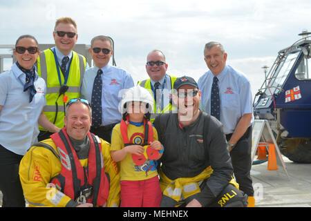 Somerset, Reino Unido, 22 de abril de 2018. En un día muy caluroso y húmedo en Portishead en Somerset la RNLI . Jornada de Puertas Abiertas ,dio a visitantes y lugareños una gran muestra de rescate en el mar, en su barco llamado My Lady Anne. Los espectadores se alinearon en la pasarela y parte de la línea de la orilla. Louis edad 5 de Bristol con su capa y máscara outfit estaba allí para el hombre puede apelar y la tripulación R.N.L.I .Robert Timoney/Alamy/Live/Noticias