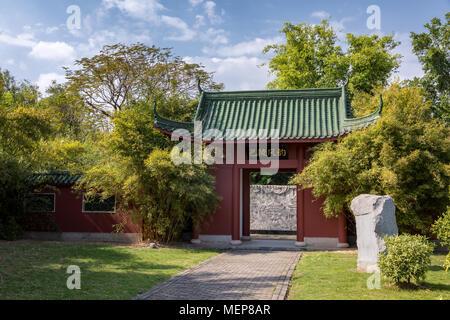 La entrada a un templo chino, Xiamen International Garden & Flower Expo Park, Distrito Jimei, Xiamen, Fujian, China