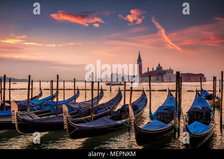 Las góndolas al amanecer en Venecia, Italia
