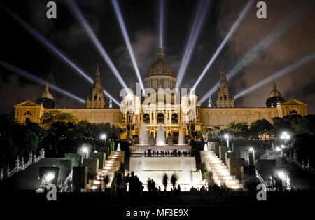 España, Bacelona, vista a iluminado Museo Nacional de Arte de Cataluña en la noche