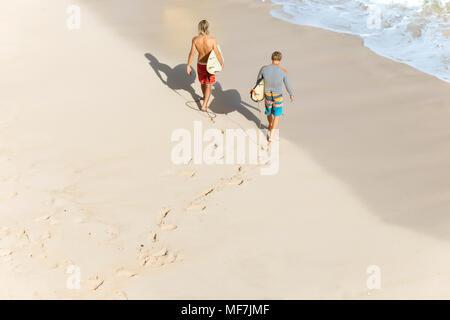 Indonesia, Bali, surfistas caminar aat Bingin beach Foto de stock