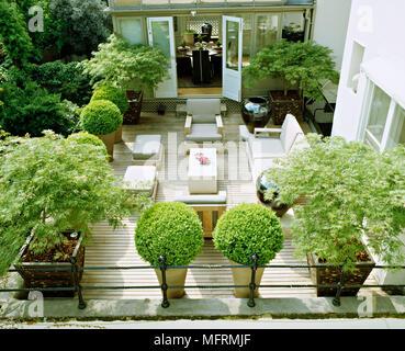 Un área Del Jardín Decorado Con Mesa Y Sillas Con Vistas A