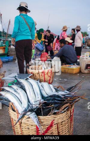 El mercado del pescado en Kampot, Camboya