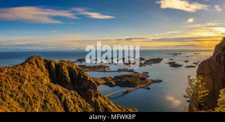Vista desde el monte Festvagtinden por encima de la aldea de Henningsvaer en Noruega