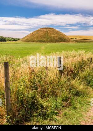 Un día soleado de verano en Silbury Hill, en Wiltshire.