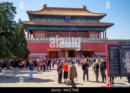 Museo del Palacio, la Ciudad Prohibida, Beijing, China - multitudes de turistas se reúnen en la puerta del poder divino. Los obreros están haciendo reparaciones por encima de la salida.