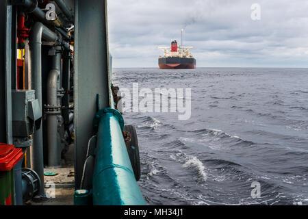 Vista desde la cubierta del océano AHTS remolcador. Buque cisterna en segundo plano.
