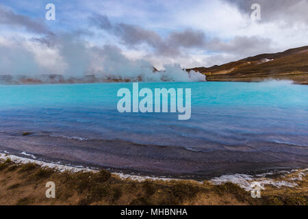 Área geotérmica Hverir también llamado lago azul cerca del lago Myvatn, en el norte de Islandia Foto de stock