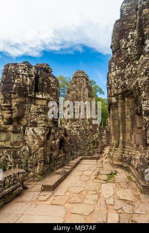Un pasaje entre la pared torres y el santuario central en el tercer nivel en el templo Bayon de Angkor, Siem Reap, Camboya.