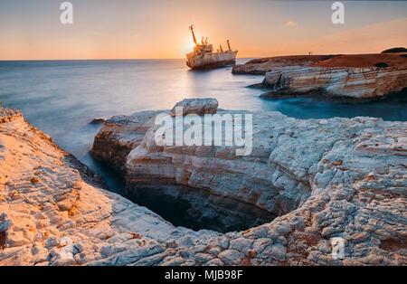 Barco abandonado Edro III cerca de playa de Chipre.