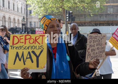 Londres, Reino Unido, 5 de mayo de 2018, manifestantes asistir a una marcha por Windrush frente a Downing Street, en un intento de derrocar a los gobiernos la política de inmigración declarando Teresa Mayo en la actual política racista. Crédito: Adrian vestíbulo/Alamy Live News Foto de stock