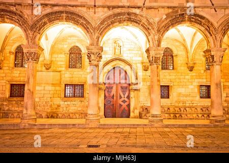 Dubrovnik calle arcos arquitectura histórica y vista por la noche, la región de Dalmacia en Croacia