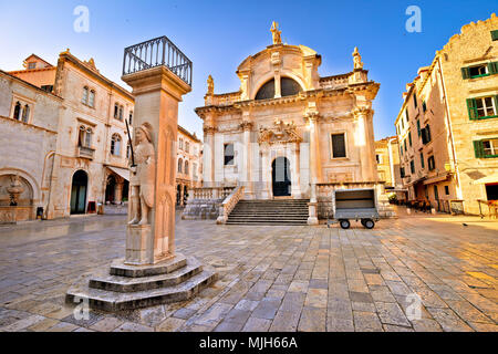 Plaza de Dubrovnik hitos históricos vista, columna de Orlando y la iglesia de San Blasius, la región de Dalmacia en Croacia