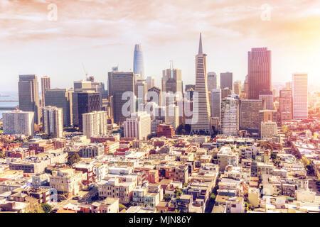 Vista aérea de la tarde golden atardecer en San Francisco, ciudad que muestra el distrito financiero y los altos rascacielos con deliberada le
