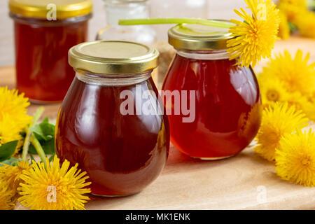 Jaramago Miel en tarros de vidrio con flores frescas