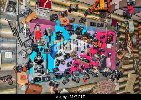 """Kiselevsk, Rusia, Cafe 'Traktir Telega"""" - 5 de mayo de 2018: Conjunto de diferentes modelos de cámaras vintage antiguo y equipamiento en el interior del café, decorado i"""