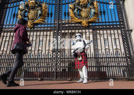 Un stormtrooper vistiendo una falda los guardias de la Reina y el Palacio de Buckingham, en el 4º de mayo (puede ser el cuarto con usted) antes de ser trasladado por la policía Foto de stock