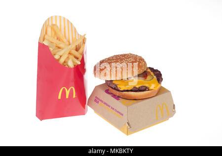 McDonald's Nueva carne fresca de vacuno quarter pounder con queso y papas fritas grandes. Esta nueva hamburguesa de carne de vacuno congelada no implementó a nivel nacional en los EE.UU. en mayo 2