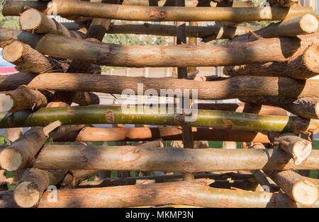 Cuerda atada con un nudo alrededor de postes de madera, postes de vallas. Closeup.
