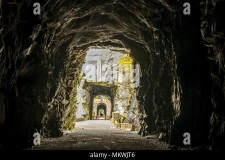 Othello túneles en Coquihalla Canyon Parque Provincial a lo largo del sendero KVR, en las montañas de la cascada, Esperanza, British Columbia, Canadá Foto de stock