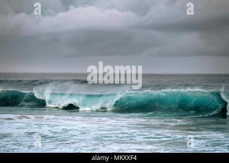 Belleza de curling onda como enfoques de tormentas a lo largo de la costa norte de la isla de Kauai, Hawaii.