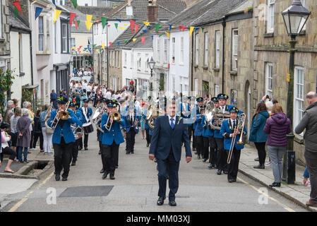 Helston, Cornualles, en el Reino Unido. 8 de mayo, 2018. Flora día con Helston Cornwall con banda Ciudad 08-05-2018, Crédito: Kathleen White/Alamy Live News