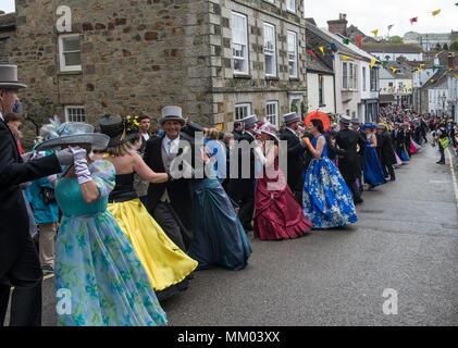 Helston, Cornualles, en el Reino Unido. 8 de mayo, 2018. La danza se lleva a cabo Furry en Helston, Cornualles, en el Reino Unido. Es una de las más antiguas costumbres británicas todavía se practica hoy en día. Crédito: Kathleen White/Alamy Live News