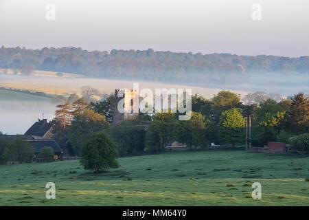 Iglesia de St Marys Upper Heyford en primavera al amanecer. Upper Heyford, Oxfordshire, Inglaterra