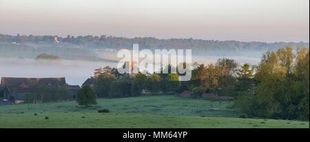Iglesia de St Marys Upper Heyford en primavera al amanecer. Upper Heyford, Oxfordshire, Inglaterra. Panorámicas