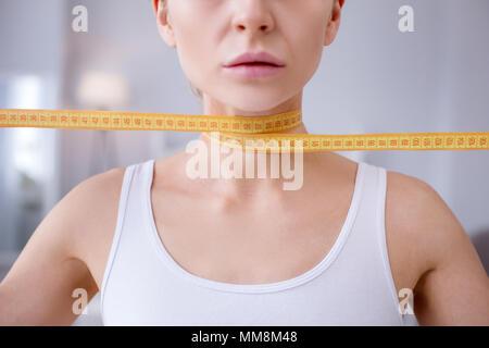 Cerca de un cuello femenino Foto de stock