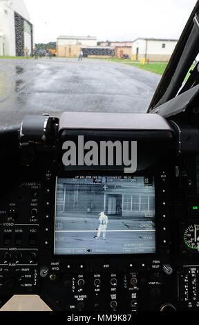 """José Mejía, fotógrafo de la Dirección General de Desarrollo de la aviación, se visualiza en un monitor de imágenes en el AH-58D """"Kiowa Warrior"""" antes de su último vuelo en base común Langley-Eustis, Virginia, el 18 de septiembre de 2017. Los Kiowa Warrior ha sido utilizado por el ejército de los EE.UU. desde los años ochenta como un helicóptero de reconocimiento armado durante operaciones con justa causa, Escudo del Desierto y Tormenta del Desierto, Libertad Iraquí y Libertad Duradera. (Ee.Uu. Foto de la fuerza aérea por el Sargento. Teresa J. Cleveland) Foto de stock"""