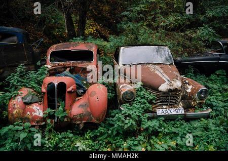 Pasanauri, Georgia - 21 de octubre de 2016: oxidados fuera chatarra retro coche Opel Kapitan 1948 que ha sido abandonado en el bosque bosque