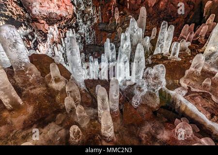 Estalagmitas de hielo en los túneles de lava Raufarholshellir cueva en el sur de Islandia