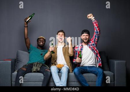 La amistad, el deporte y el concepto de entretenimiento feliz amigos varones viendo deportes en la televisión