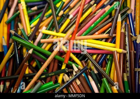 Sigue la vida de una colección de lápices de colores