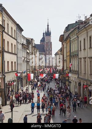 Turismo Cracovia carruaje pasando bajo el arco conectado a la Iglesia en Polonia St Pijarska Foto de stock