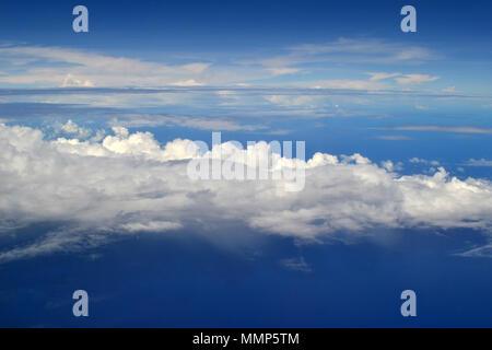 En el aire por encima de las nubes en el océano Pacífico