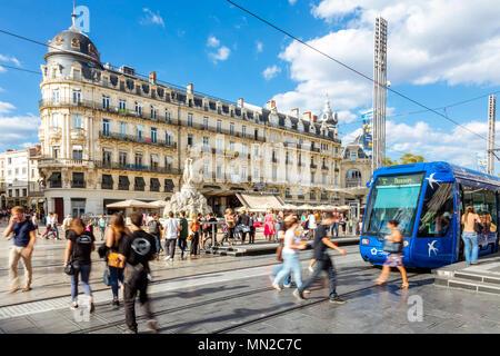 Montpellier (sur de Francia): peatones, tranvías y las fachadas de los edificios de estilo Haussmann en la plaza Place de la comedie', en el centro de la ciudad