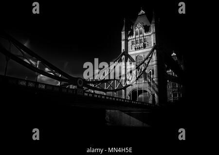 Tower Bridge de Londres. Monocromo de arte fotografía de uno de los más famosos y reconocibles al instante monumentos históricos en el mundo.