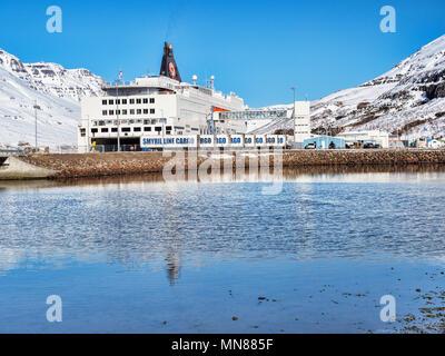 11 de abril de 2018: Seyðisfjörður Anuncios, Oriente Islandia - La línea de ferry Smyril MS Norrona en puerto en un brillante día de primavera.
