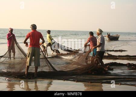 Los pescadores indios con Net en playa Colva, India