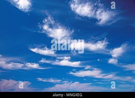 Cielo azul con nubes de buen tiempo. Altocúmulos y Cirrus.