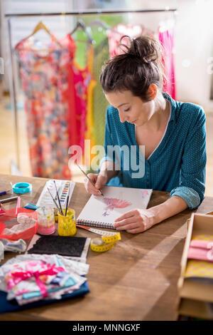 Diseñador de moda trabajando en un nuevo modelo, en su studio
