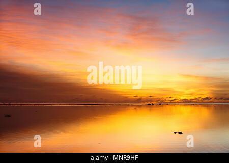 Hermosa puesta de sol sobre el mar tropical