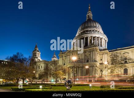 La Catedral de San Pablo en la noche, Londres, Inglaterra, Reino Unido. Foto de stock
