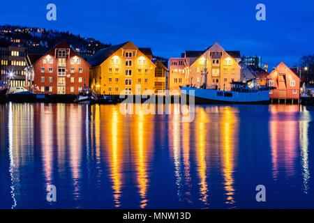 Hermosa ciudad de Tromso, en el norte de Noruega en el crepúsculo crepúsculo