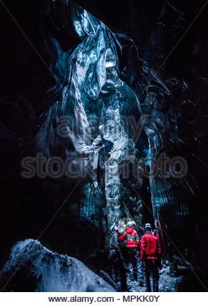 Estas magníficas cuevas de hielo son sólo accesibles por tres horas de caminata a pie. Hay varios cueva de hielo excursiones ofrecidas por guías locales.