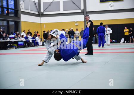 170325-N-OO032-261 en Portland, Oregon (25 Marzo 2017) Master-at-arms 2ª clase Bobby Yamashita, de Glendale, Colorado, asignado a la actividad de Apoyo Naval en Bahrein, lanza a su oponente de Ippon, ganando una coincidencia de Judo. Yamashita es un competidor con tiempo múltiples All-Navy Wrestling y fuerzas armadas del Judo. (Ee.Uu. Navy photo by Mass Communication Specialist 1st Class Cory Asato/liberado) Foto de stock
