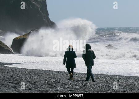 Playa de Mýrdal; playa de Reynisfjara con guijarros negros, columnas basalto y formaciones rocosas de Reynisdrangar. Un remoto pueblo frente al mar con mares ásperos, olas rompientes y fuertes vientos.